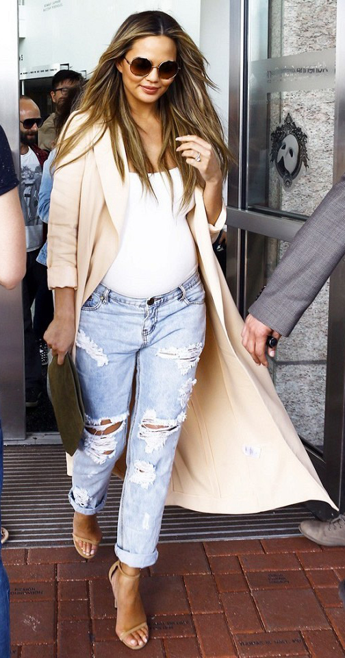 blue-light-boyfriend-jeans-white-top-tank-long-peach-jacket-coat-trench-hairr-brown-bag-clutch-tan-shoe-sandalh-wear-outfit-spring-summer-lunch.jpg