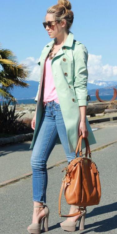 blue-med-skinny-jeans-bun-sun-cognac-bag-tan-shoe-pumps-pink-light-tee-green-light-jacket-coat-trench-spring-summer-lunch.jpg