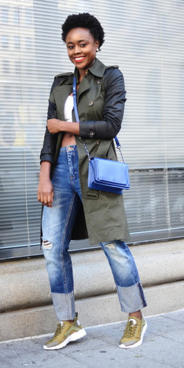 blue-med-boyfriend-jeans-white-crop-top-blue-bag-cobalt-green-olive-jacket-coat-trench-brun-green-shoe-sneakers-fall-winter-weekend.jpg