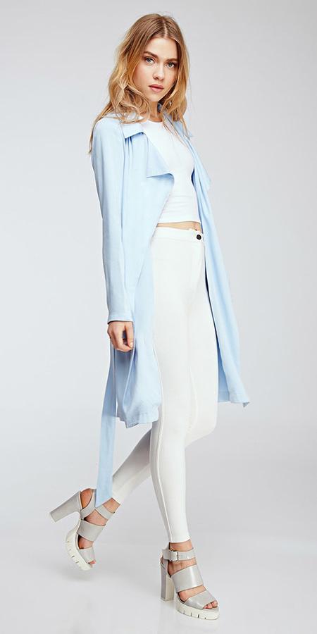 white-skinny-jeans-white-crop-top-blonde-gray-shoe-sandalh-blue-light-jacket-coat-trench-spring-summer-dinner.jpg