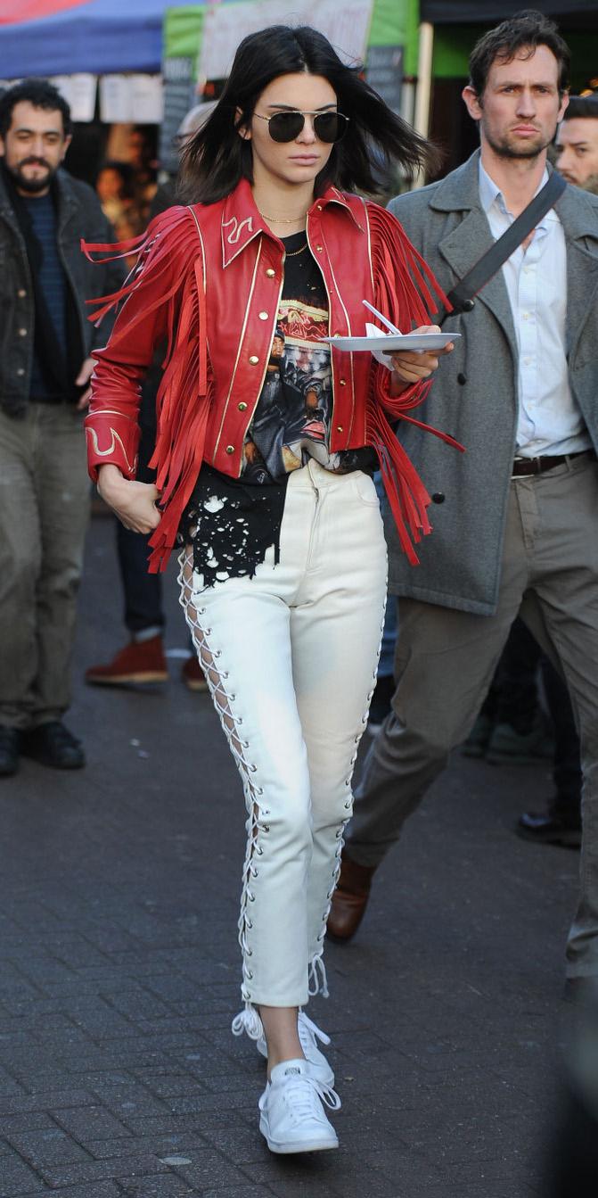 white-skinny-jeans-red-jacket-moto-brun-sun-white-shoe-sneakers-black-graphic-tee-sun-kendalljenner-fall-winter-weekend.jpg
