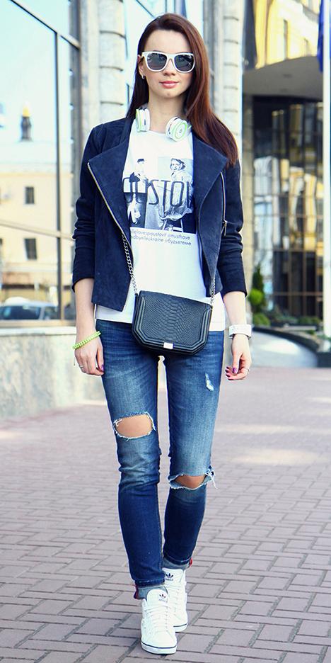 blue-med-skinny-jeans-white-graphic-tee-black-bag-sun-white-shoe-sneakers-blue-navy-jacket-moto-spring-summer-hairr-weekend.jpg