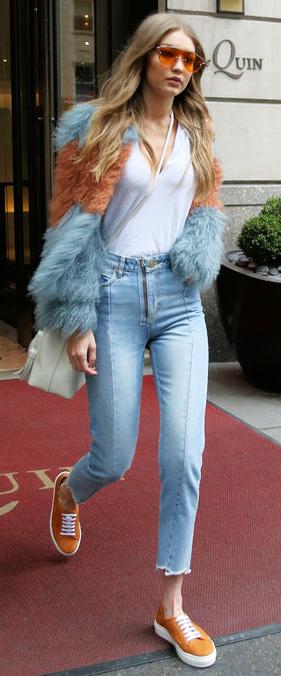 blue-light-skinny-jeans-white-tee-blue-light-jacket-coat-fur-fuzz-sun-white-bag-orange-shoe-sneakers-fall-winter-gigihadid-17-blonde-lunch.jpg