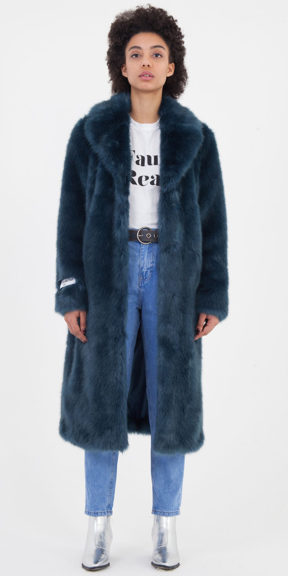 blue-med-skinny-jeans-white-graphic-tee-belt-gray-shoe-booties-silver-blue-navy-jacket-coat-fur-fuzz-fall-winter-brun-weekend.jpg