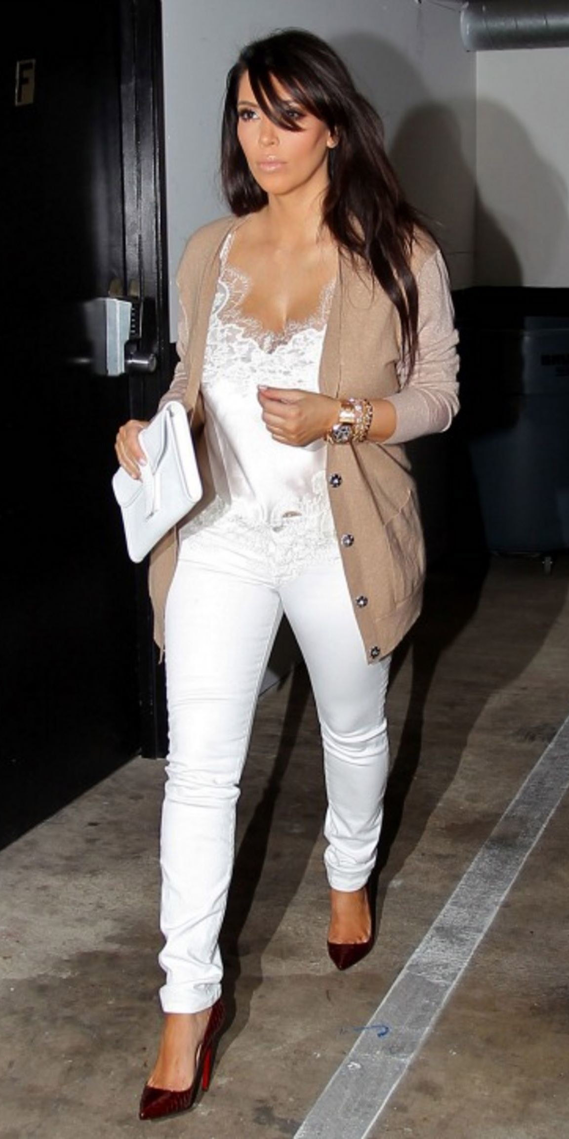 white-skinny-jeans-red-shoe-pumps-tan-cardiganl-white-bag-clutch-kimkardashian-white-cami-spring-summer-brun-lunch.jpg