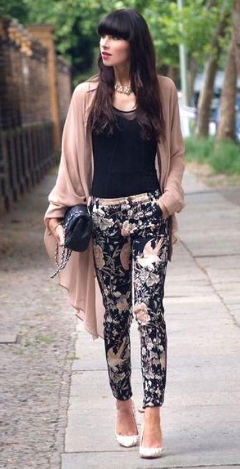 black-slim-pants-black-top-tank-tan-cardiganl-necklace-print-floral-white-shoe-pumps-howtowear-fashion-style-spring-summer-outfit-brun-dinner.jpg