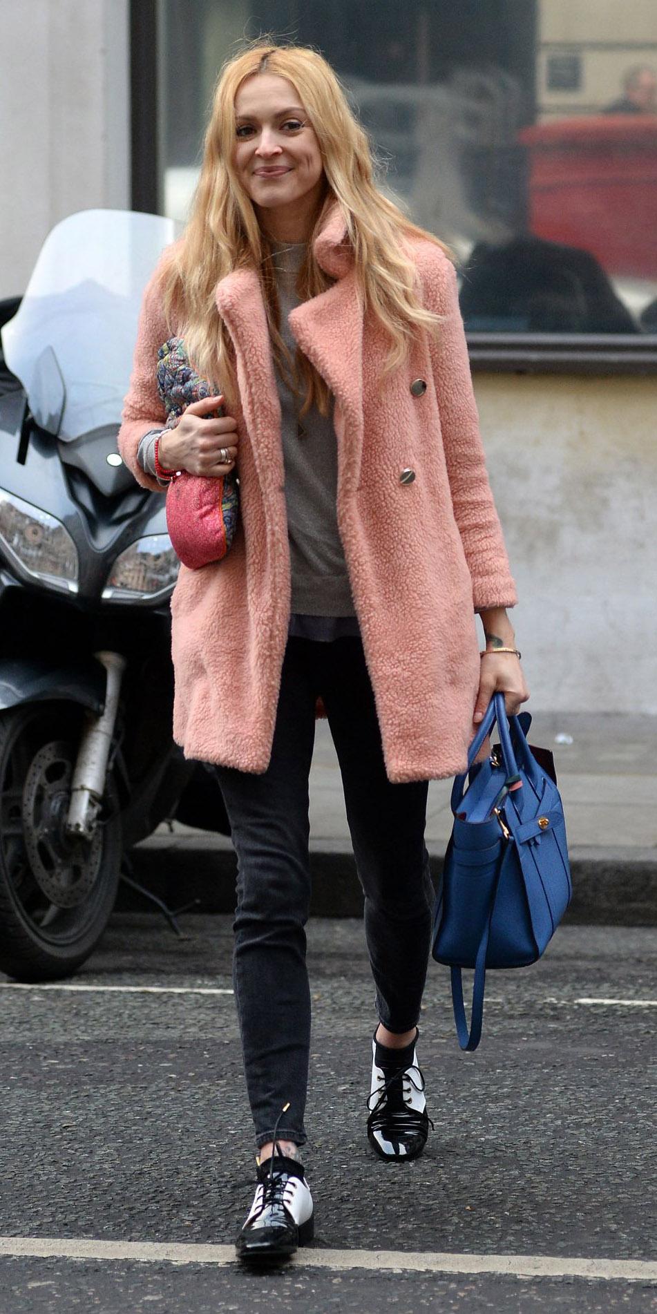 black-skinny-jeans-pink-light-jacket-coat-blue-bag-white-shoe-brogues-fearnecotton-blonde-fall-winter-lunch.jpg