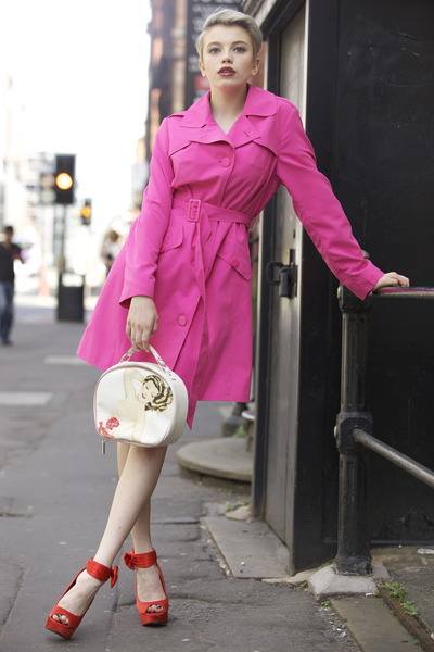 white-bag-red-shoe-sandalh-blonde-pink-magenta-jacket-coat-trench-spring-summer-dinner.jpg