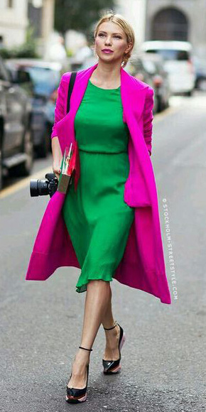 green-emerald-dress-aline-pink-magenta-jacket-coat-trench-black-shoe-pumps-blonde-spring-summer-dinner.jpg