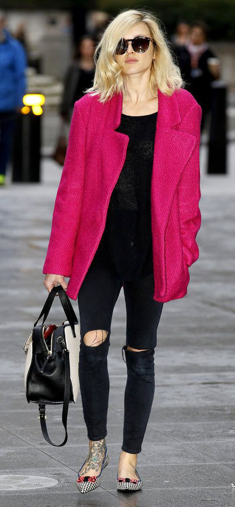 black-skinny-jeans-black-sweater-pink-magenta-jacket-coat-sun-white-shoe-flats-white-bag-fearnecotton-fall-winter-blonde-dinner.jpg