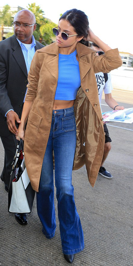 blue-med-flare-jeans-blue-med-top-crop-camel-jacket-coat-white-bag-sun-pony-black-shoe-booties-wear-fashion-style-fall-winter-classic-selenagomez-brun-lunch.jpg