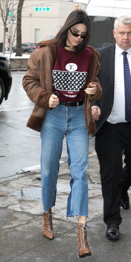 blue-light-crop-jeans-cognac-shoe-booties-brown-jacket-coat-shearling-burgundy-sweater-sweatshirt-graphic-kendalljenner-fall-winter-brun-lunch.jpg