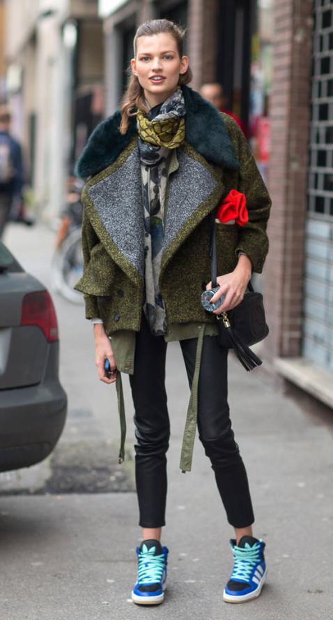 black-skinny-jeans-green-olive-jacket-coat-howtowear-style-fashion-fall-winter-model-street-blue-shoe-sneakers-green-olive-scarf-black-bag-pony-print-hairr-weekend.jpg