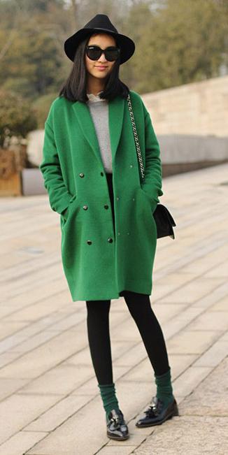 how-to-style-black-leggings-socks-black-shoe-brogues-green-emerald-jacket-coat-brun-sun-hat-fall-winter-fashion-weekend.jpg