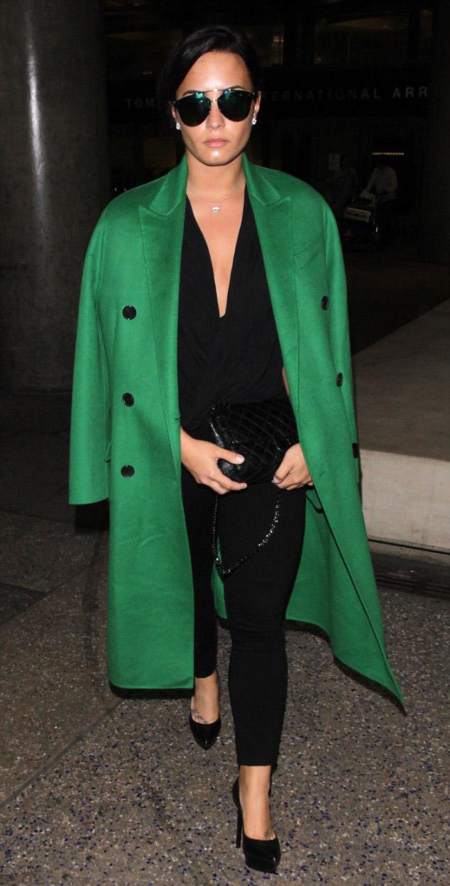 black-skinny-jeans-black-top-black-bag-black-shoe-pumps-studs-pearl-bun-sun-demilovato-green-emerald-jacket-coat-fall-winter-brun-lunch.jpg