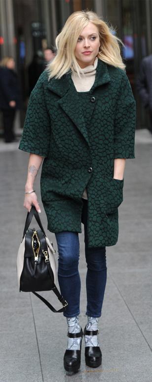 blue-navy-skinny-jeans-white-sweater-turtleneck-green-dark-jacket-coat-black-shoe-pumps-white-bag-fearnecotton-turtleneck-wear-outfit-fashion-fall-winter-blonde-work.jpg