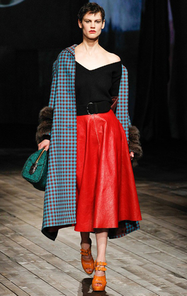 red-midi-skirt-black-sweater-wide-belt-blue-light-jacket-coat-green-bag-cognac-shoe-sandalh-wear-outfit-fall-winter-fashion-herringbone-brun-lunch.jpg