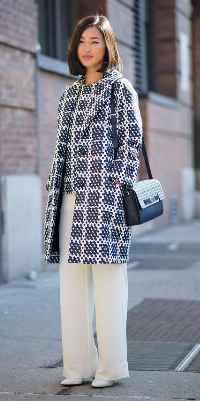 white-wideleg-pants-blue-navy-top-blue-navy-jacket-coat-print-match-white-shoe-pumps-blue-bag-howtowear-style-fashion-fall-winter-street-brun-dinner.jpg