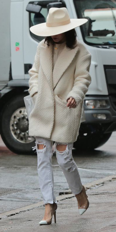 white-boyfriend-jeans-white-jacket-coat-hat-mono-white-shoe-pumps-white-sweater-fall-winter-lunch.jpg