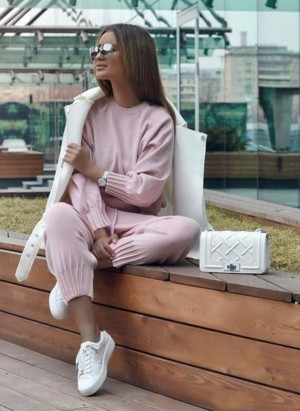 pink-light-joggers-pants-pink-light-sweater-sweatshirt-watch-hairr-sun-white-shoe-sneakers-white-bag-white-jacket-coat-fall-winter-weekend.jpg