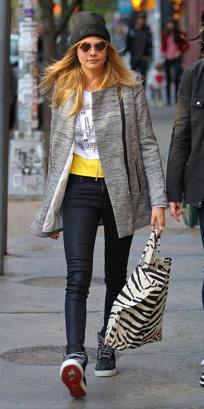 blue-navy-skinny-jeans-white-tee-carad-wear-outfit-fashion-fall-winter-black-shoe-sneakers-grayl-jacket-coat-beanie-sun-blonde-lunch.jpg