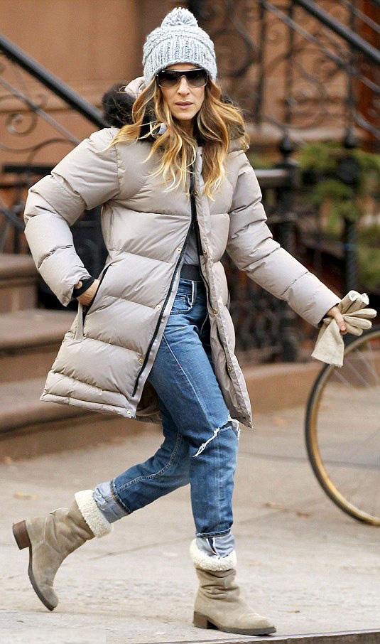 blue-med-boyfriend-jeans-tan-shoe-booties-sun-beanie-sarahjessicaparker-tan-jacket-coat-puffer-fall-winter-blonde-weekend.jpg