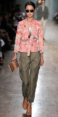green-olive-boyfriend-jeans-pink-light-jacket-blazer-floral-tan-shoe-mules-tan-bag-clutch-white-top-tank-sun-brun-army-bun-wear-outfit-spring-summer-lunch.jpg