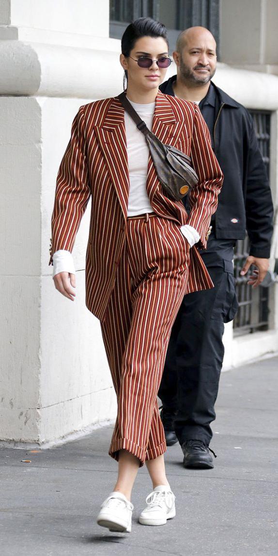 camel-joggers-pants-vertical-stripe-suit-white-tee-brown-bag-fannypack-white-shoe-sneakers-camel-jacket-blazer-brun-sun-kendalljenner-fall-winter-lunch.jpg