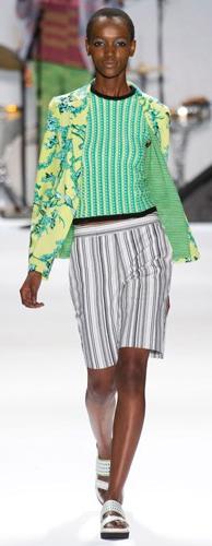 white-shorts-green-light-top-yellow-jacket-blazer-mix-prints-bun-white-shoe-sandals-howtowear-fashion-style-outfit-spring-summer-bermuda-brun-lunch.jpg