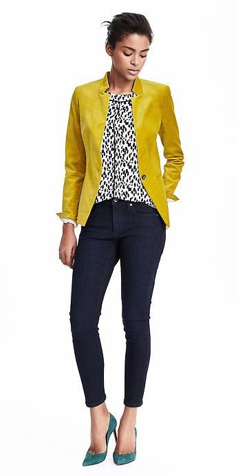 blue-navy-skinny-jeans-white-top-blouse-wear-outfit-fashion-fall-winter-green-shoe-pumps-chartreuse-yellow-jacket-blazer-bun-brun-work.jpg
