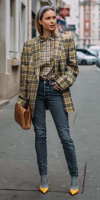 blue-navy-skinny-jeans-yellow-jacket-blazer-plaid-print-yellow-shoe-pumps-socks-cognac-bag-blonde-head-fall-winter-lunch.jpg