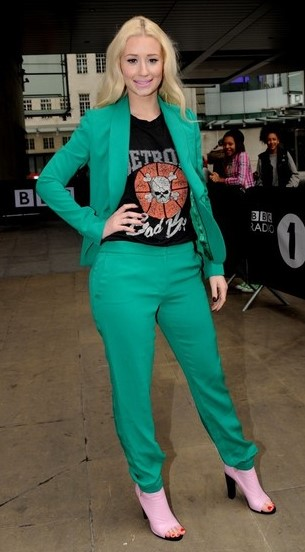 green-emerald-slim-pants-black-graphic-tee-green-emerald-jacket-blazer-suit-blonde-pink-shoe-sandalh-iggyazalea-fall-winter-lunch.jpg
