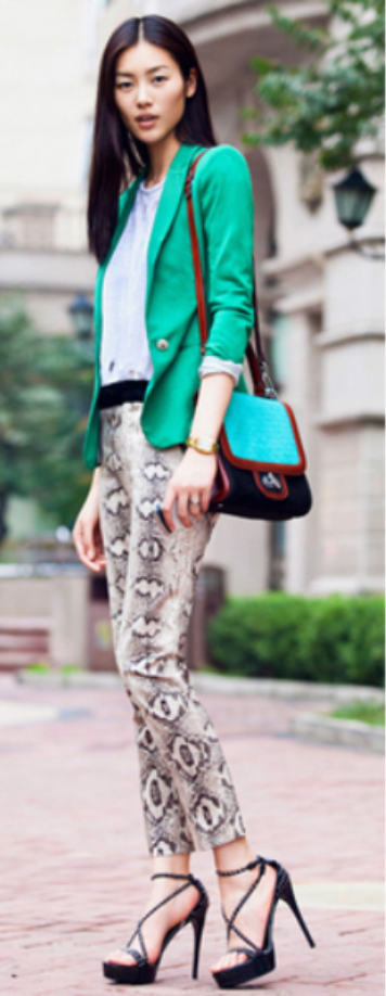 white-slim-pants-zprint-white-tee-green-emerald-jacket-blazer-black-shoe-sandalh-green-bag-howtowear-snakeskin-spring-summer-brun-lunch.jpg