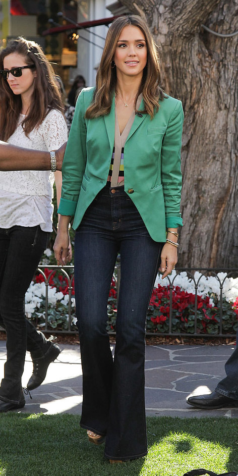 blue-navy-flare-jeans-tan-top-green-emerald-jacket-blazer-tan-shoe-sandalw-wear-fashion-style-celebrity-brun-jessicaalba-work.jpg