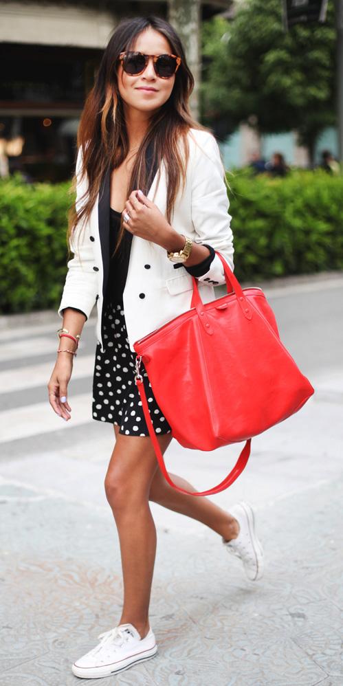 black-mini-skirt-black-tee-white-jacket-blazer-red-bag-sun-white-shoe-sneakers-howtowear-fashion-style-outfit-spring-summer-brun-lunch.jpg