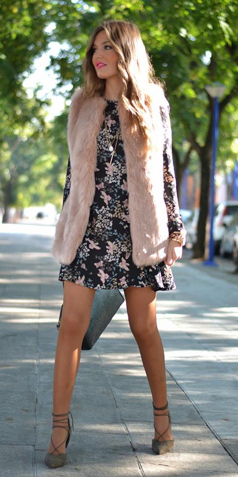 black-dress-mini-floral-print-pink-light-vest-fur-hairr-green-shoe-pumps-fall-winter-dinner.jpg