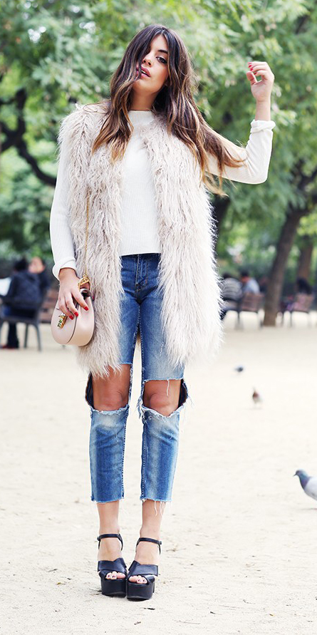 blue-med-skinny-jeans-black-shoe-sandalw-white-vest-fur-white-tee-hairr-fall-winter-lunch.jpg