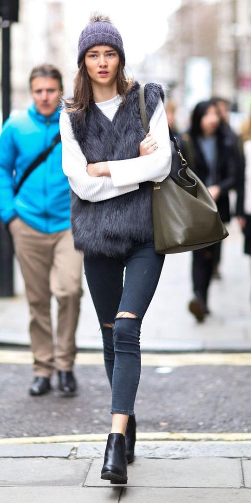 black-skinny-jeans-white-sweater-howtowear-fashion-style-outfit-fall-winter-black-vest-fur-black-shoe-booties-green-bag-beanie-street-brun-weekend.jpg