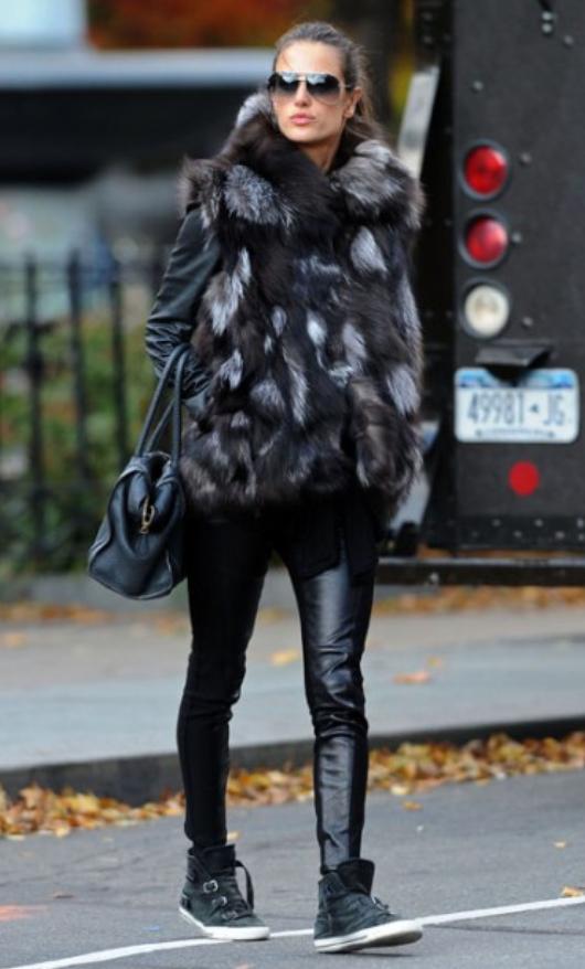 black-skinny-jeans-black-sweater-howtowear-style-fashion-fall-winter-black-vest-fur-black-shoe-sneakers-model-street-brun-black-bag-sun-pony-weekend.jpg