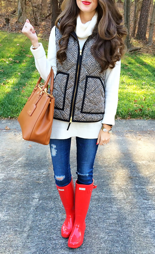 blue-med-skinny-jeans-white-sweater-turtleneck-black-vest-puffer-cognac-bag-red-shoe-boots-howtowear-fashion-style-outfit-fall-winter-brun-weekend.jpg