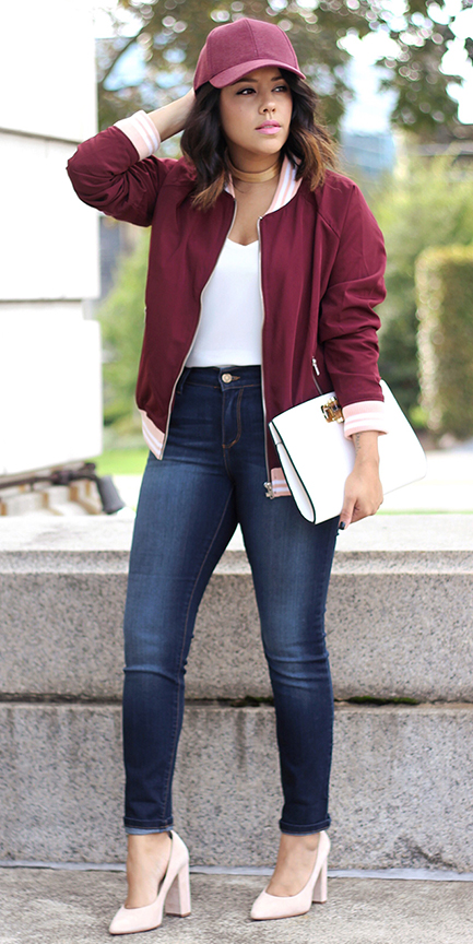 blue-navy-skinny-jeans-white-tee-burgundy-jacket-bomber-hat-cap-choker-white-shoe-pumps-white-bag-clutch-howtowear-fashion-style-outfit-spring-summer-brun-lunch.jpg