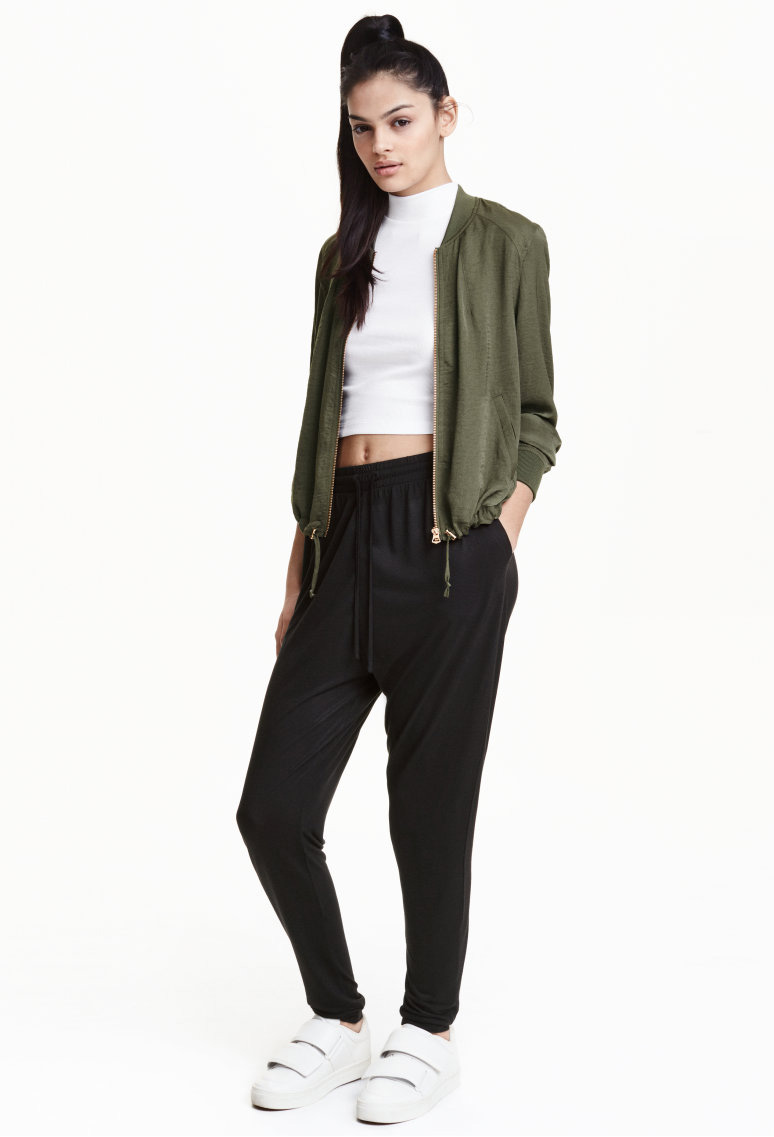 black-joggers-pants-white-top-crop-green-olive-jacket-bomber-pony-wear-style-fashion-spring-summer-white-shoe-sneakers-brun-weekend.jpg