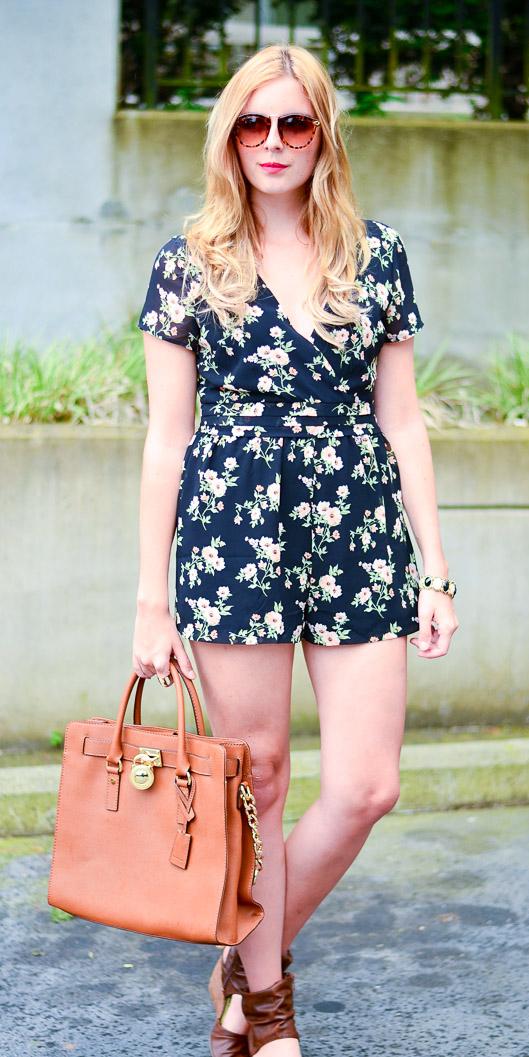 black-jumper-romper-floral-print-sun-blonde-cognac-bag-brown-shoe-sandalw-spring-summer-lunch.jpg