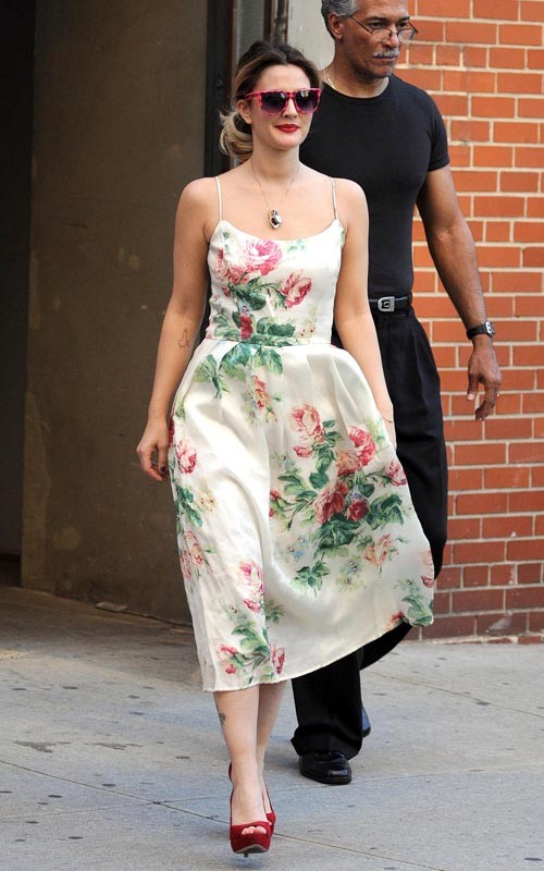 what-to-wear-for-a-spring-wedding-guest-outfit-white-dress-tank-floral-print-pony-blonde-drewbarrymore-red-shoe-pumps-sun-dinner.jpg