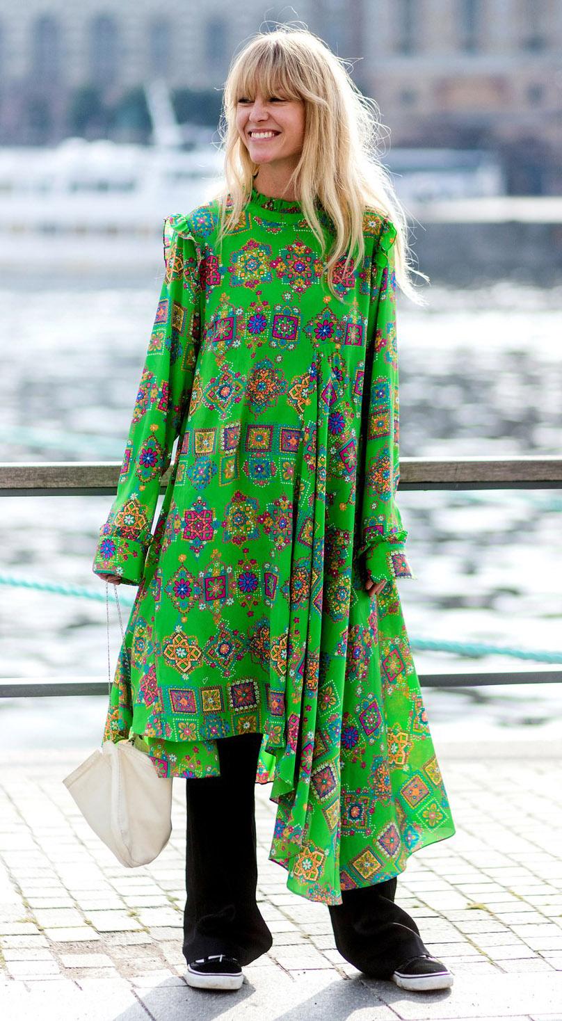 black-flare-jeans-layer-white-bag-green-emerald-dress-peasant-midi-blonde-black-shoe-sneakers-print-spring-summer-dinner.jpg