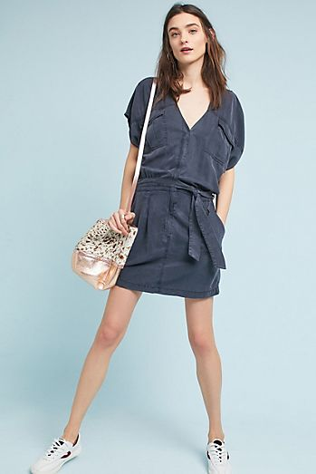 blue-navy-dress-shirt-white-shoe-sneakers-tan-bag-hairr-spring-summer-weekend.jpg