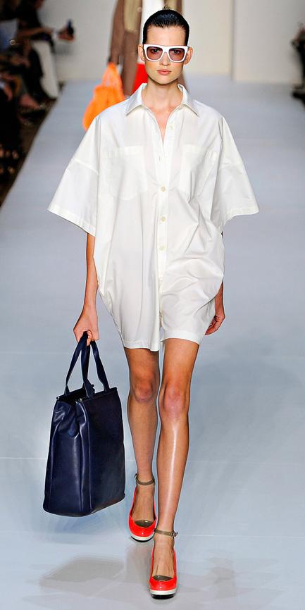 white-dress-a-red-shoe-pumps-sun-bun-blue-bag-shirt-marcjacobs-wear-style-fashion-spring-summer-runway-hairr-work.jpg
