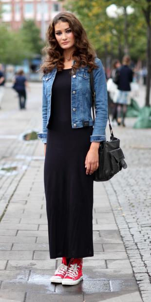 black-dress-maxi-blue-med-jacket-jean-brun-black-bag-red-shoe-sneakers-spring-summer-weekend.jpg