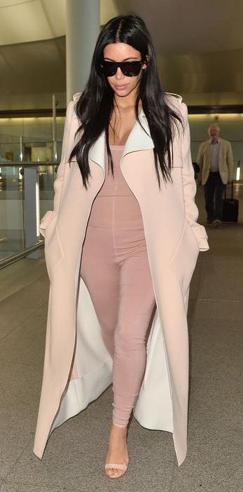 outfit-dramatic-style-type-kimkardashian-pink-light-jumpsuit-onesie-tan-jacket-coat-airport-monochromatic-skin-beige-brun-spring-summer-lunch.jpg