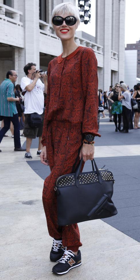 orange-jumpsuit-black-shoe-sneakers-black-bag-sun-blonde-watch-howtowear-fashion-style-outfit-fall-winter-print-longsleeve-model-street-rust-sun-lunch.jpg